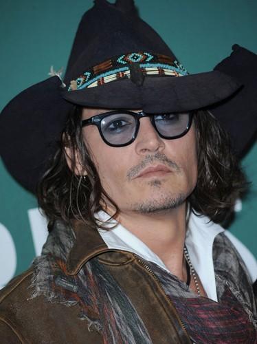Ca sert à rien de les cacher sous ton chapeau Johnny ! On sait que tu as les cheveux gras !