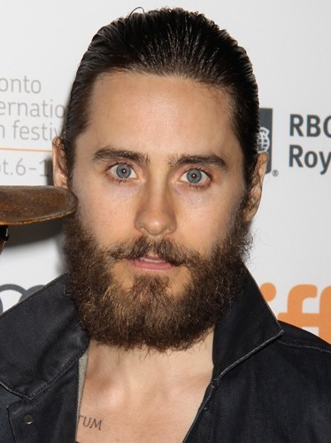 Jared Leto, il accorde sa barbe avec ses cheveux. So Cracra !