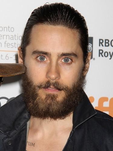 Jared Leto, il accorde sa barbe avec ses cheveux. So Cracra !