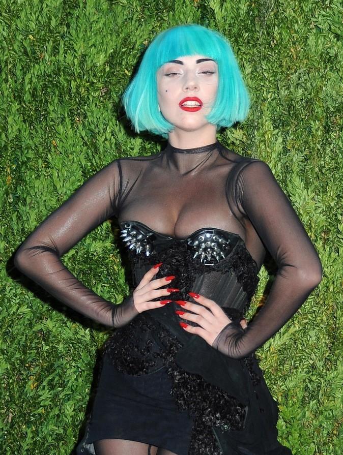 Juin 2011 : Lady Gaga et ses cheveux bleus