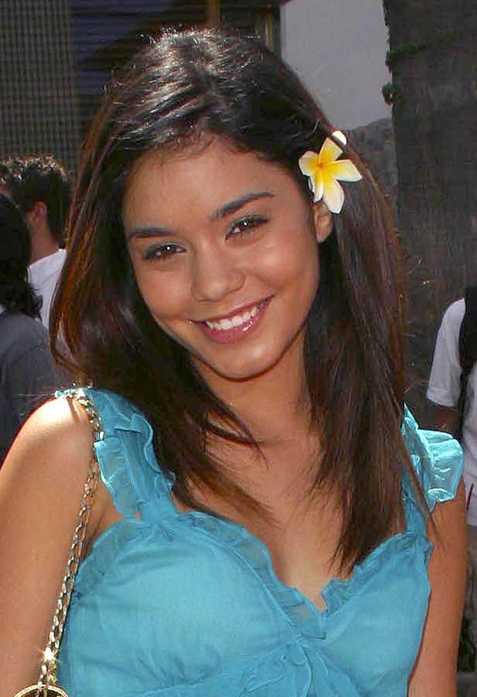 Coiffures de Vanessa Hudgens : des cheveux lisses et une fleur en Juillet 2004 !