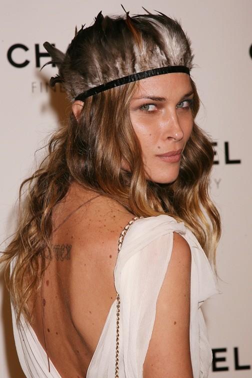 Erin Wasson et son headband à plumes