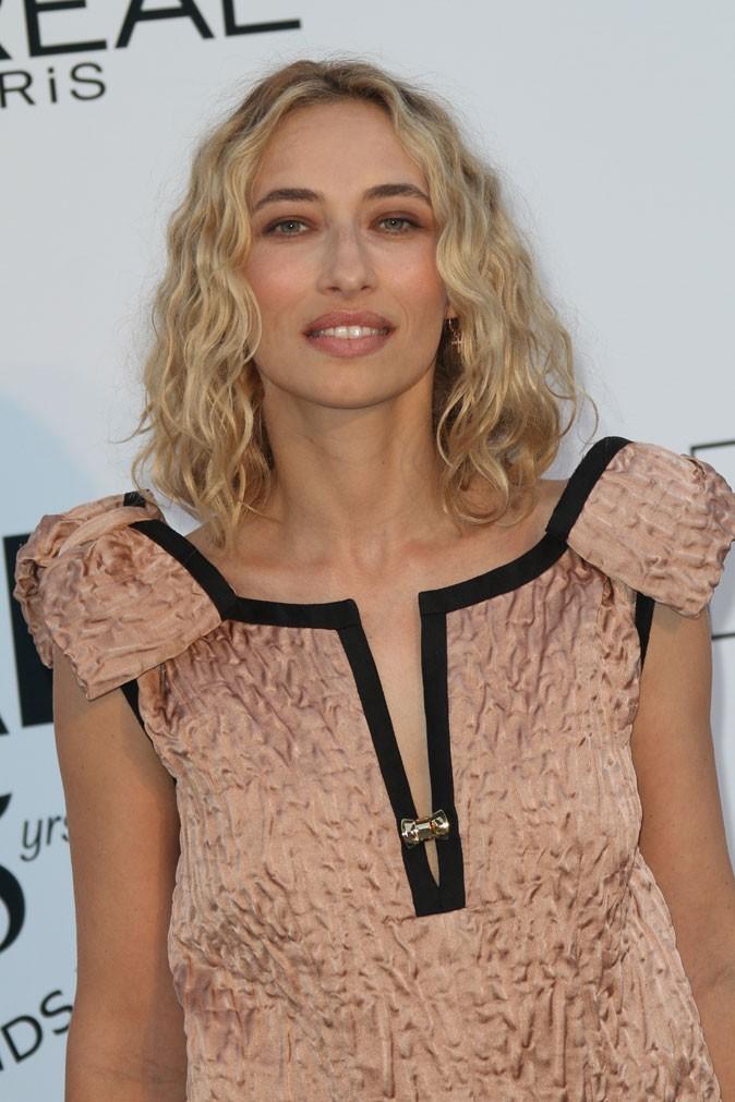 Coiffure de star au Festival de Cannes 2011 : les cheveux bouclés rétro d'Alexandra Golovanoff