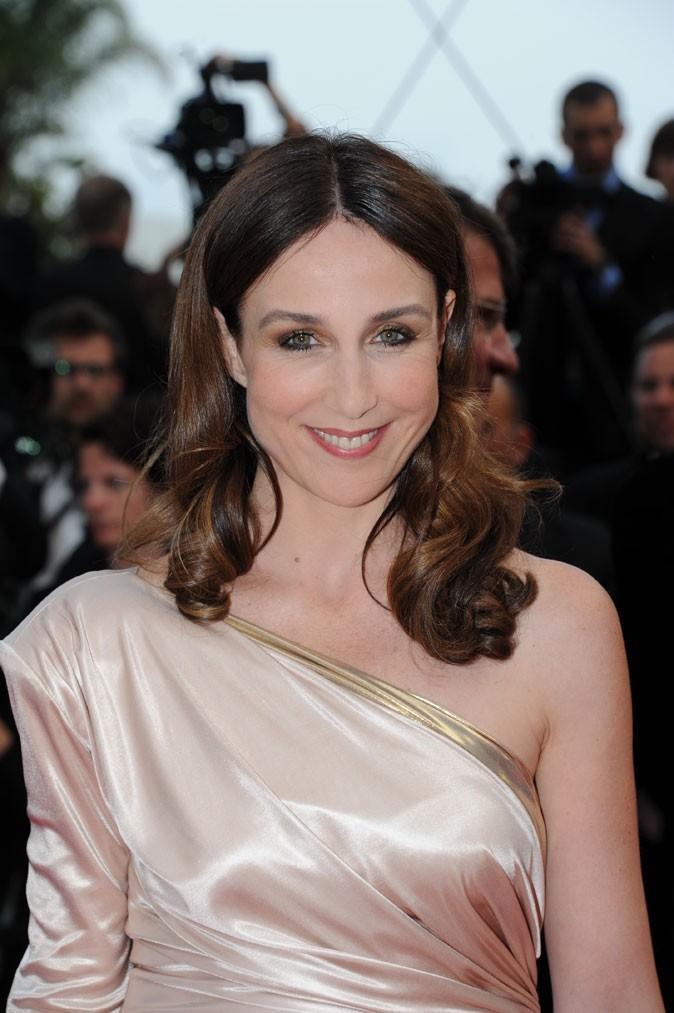 Coiffure de star au Festival de Cannes 2011 : les cheveux bouclés rétro d'Elsa Zylberstein