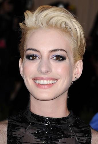 Anne Hathaway assume ses cheveux courts et opte même pour le blond.