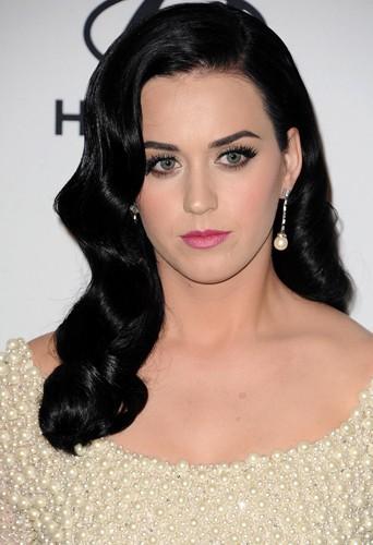 Katy Perry arbore fièrement sa chevelure de jais