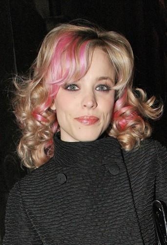 Rachel McAdams avec ses mèches roses perd tout son charme.