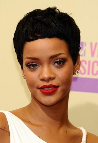 Rihanna du noir et du court