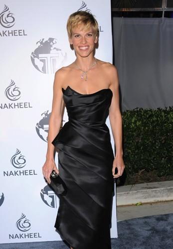 Hilary Swank : une carrure d'homme même en robe couture !