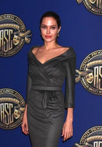 On peut avoir les épaules larges et être un sex symbol comme Angelina !