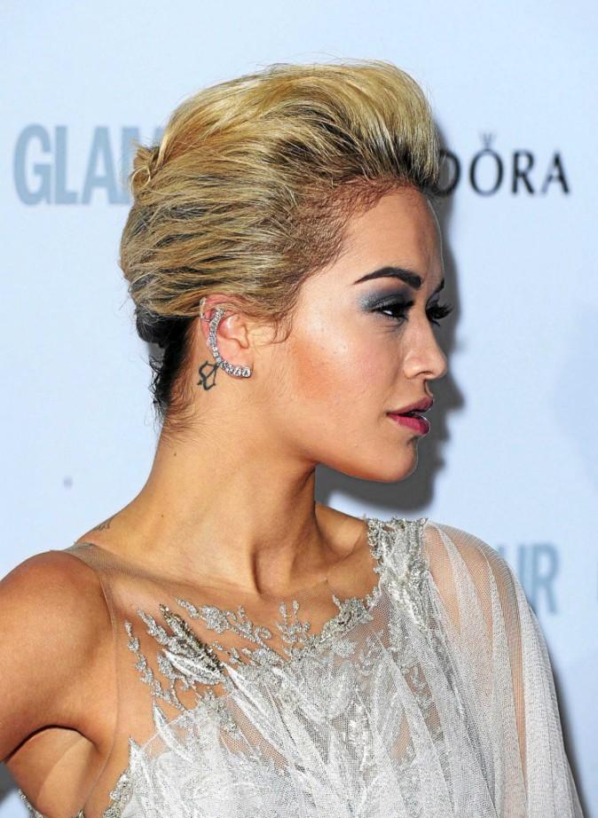 Rita Ora et son tatouage à l'oreille !