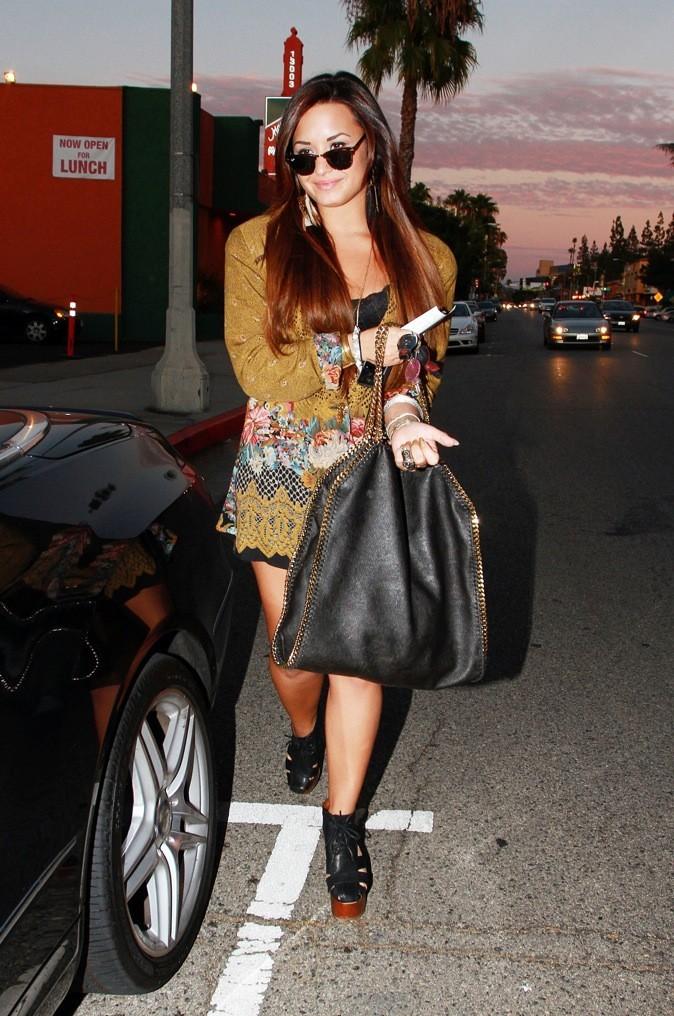 Bye-bye bouclettes et ondulations, Demi opte pour les cheveux lisses