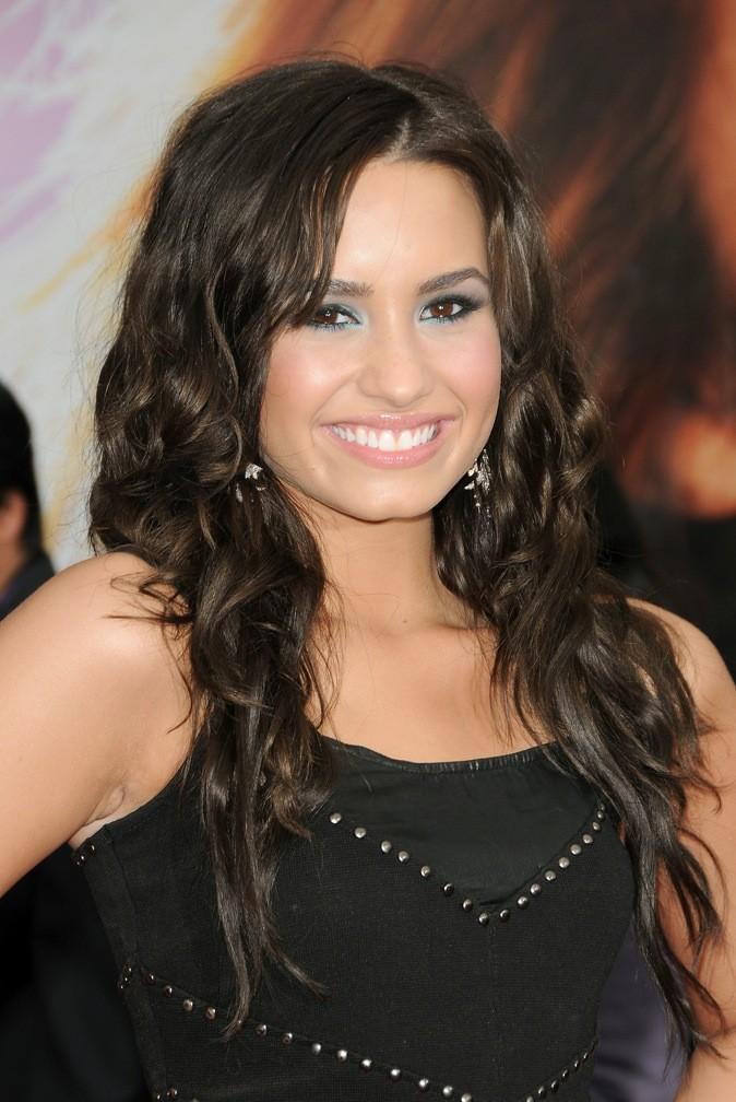 Couleur naturelle, cheveux bien bouclés, Demi se rate de peu avec ce maquillage trop lourd