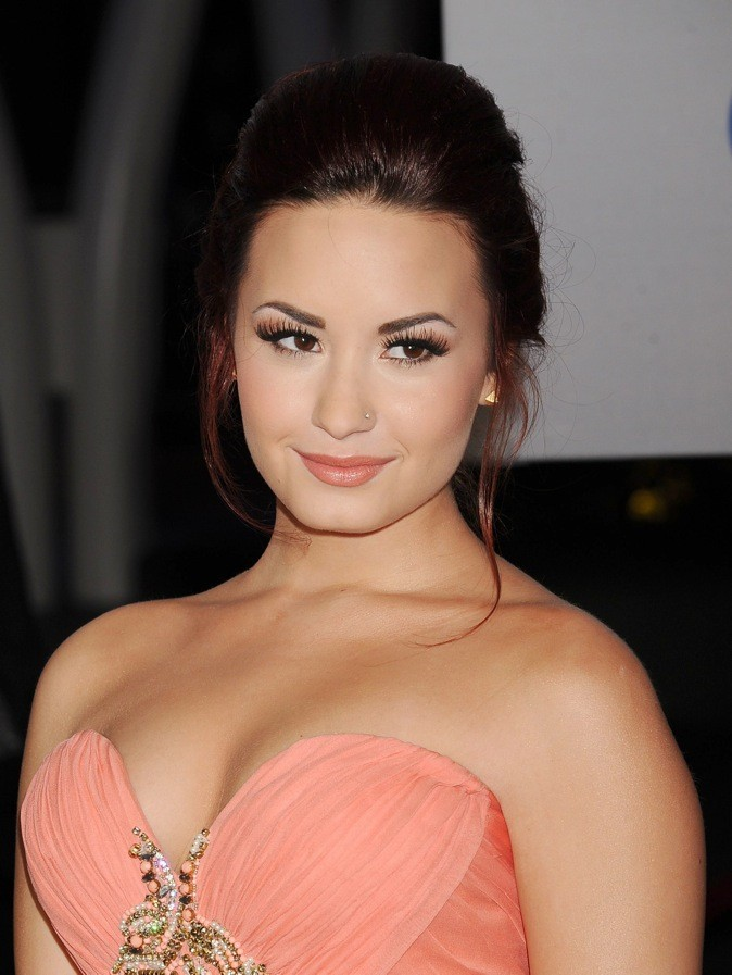 Demi a la rousse attitude en femme bien dans son corps et sa tête.