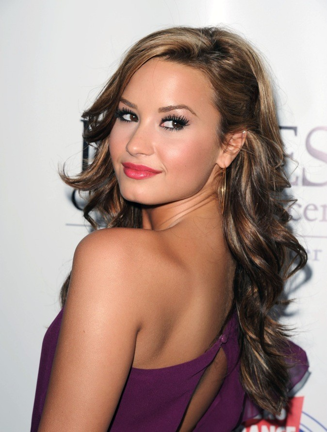 Ondulations encore, yeux de biche, Demi se fait glamourissime.