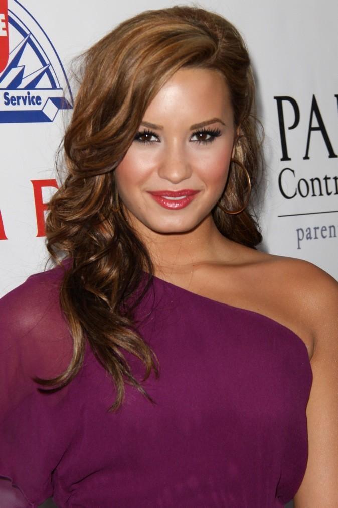 Teinte caramélisée et bien ondulée, la chevelure de Demi est bien jolie