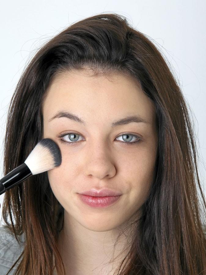Mode d'emploi des yeux de biche : poser le fond de teint