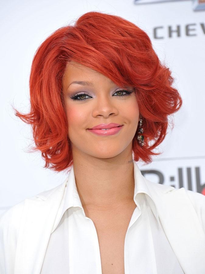 Maquillage été 2011 : cheveux rouges et lèvres rose pour Riri !