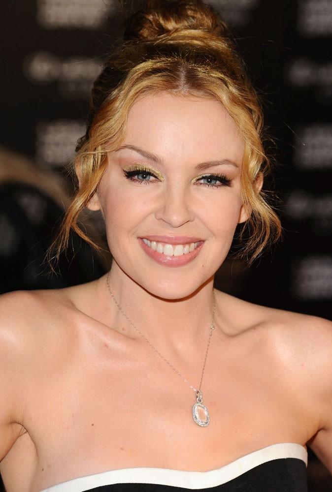 Maquillage été 2011 : Kylie Minogue a bien fait de miser sur un gloss beige rose