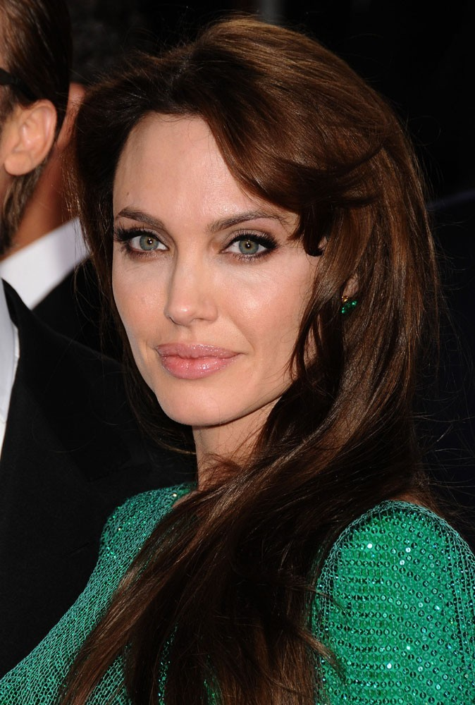 Maquillage été 2011 : le gloss beige nude met en valeur les lèvres pulpeuses d'Angelina Jolie