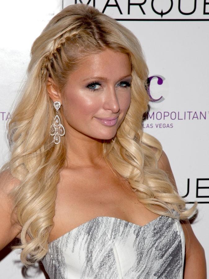 Maquillage été 2011 : un gloss rose pâle pour Paris Hilton