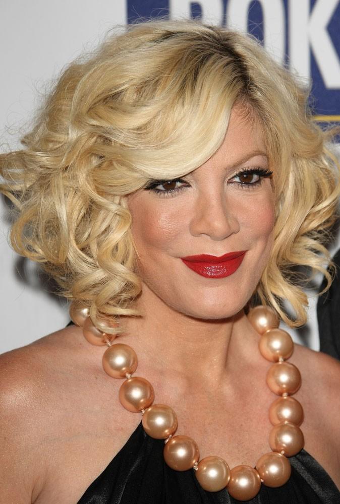 Maquillage été 2011 : Tori Spelling ne ferait-elle pas un peu voiture volée sur les bords avec ce rouge à lèvres... ?