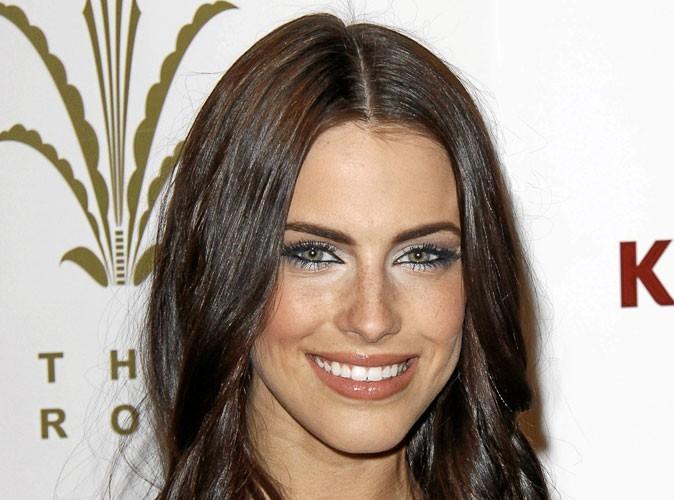 Maquillage : mode d'emploi du smoky eye argenté de Jessica Lowndes
