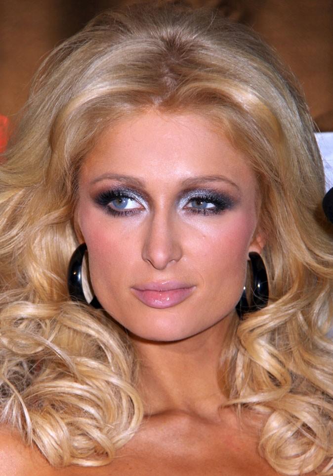 Maquillage de Paris Hilton : un smoky eye gris argenté