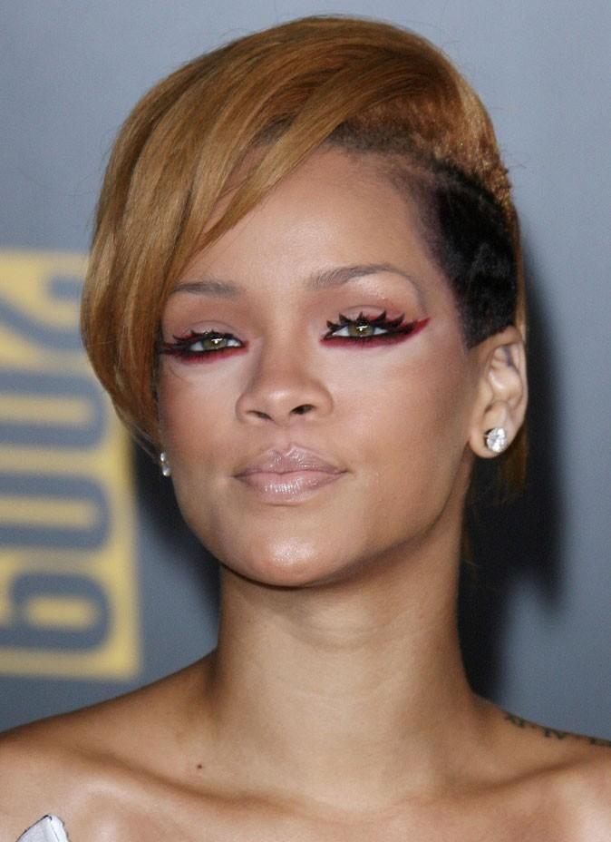 Maquillage de Rihanna : du crayon rouge sous les yeux