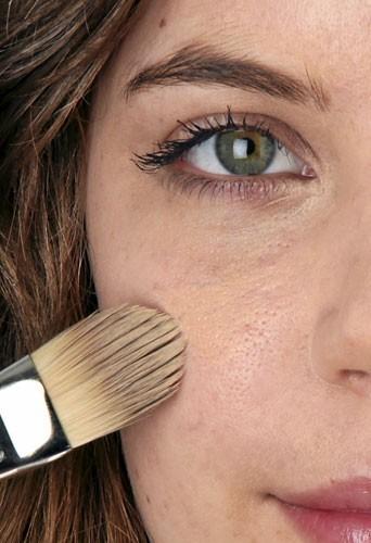 Mode d'emploi du maquillage fluo : un teint nickel