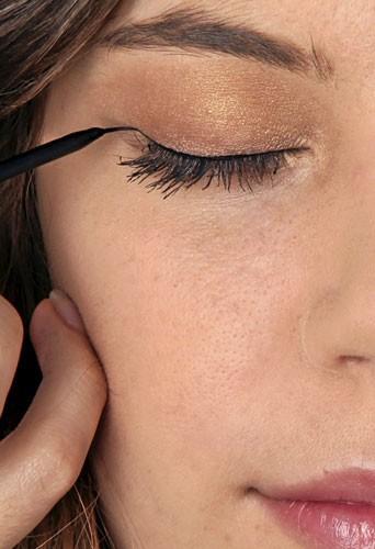 Mode d'emploi du maquillage fluo :un trait d'eye-liner noir
