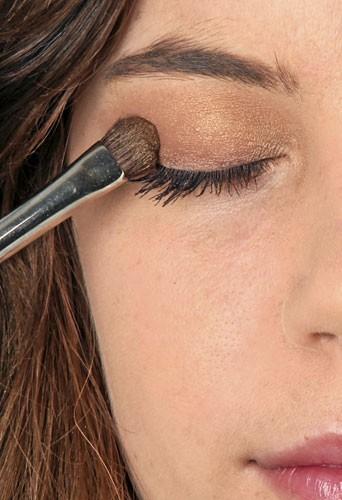 Mode d'emploi du maquillage fluo : une ombre à paupières dorée
