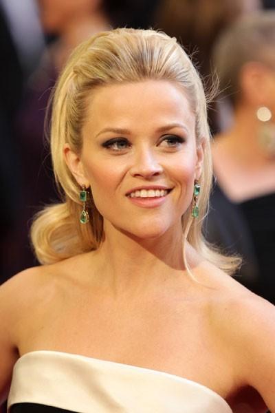 Oscars 2011 : la coiffure cheveux rétro de Reese Witherspoon