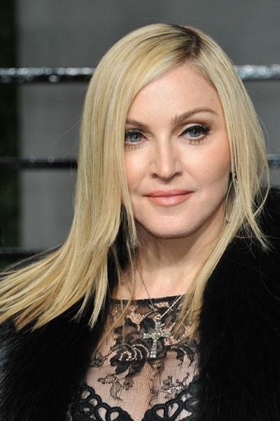 Oscars 2011 : la coiffure raie sur le côté de Madonna