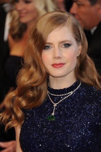 Oscars 2011 : la coiffure rétro cheveux bouclés d'Amy Adams