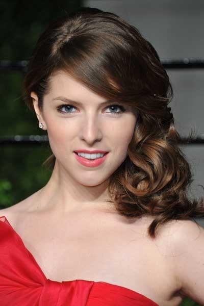 Oscars 2011 : la coiffure rétro cheveux bouclés d'Anna Kendricks