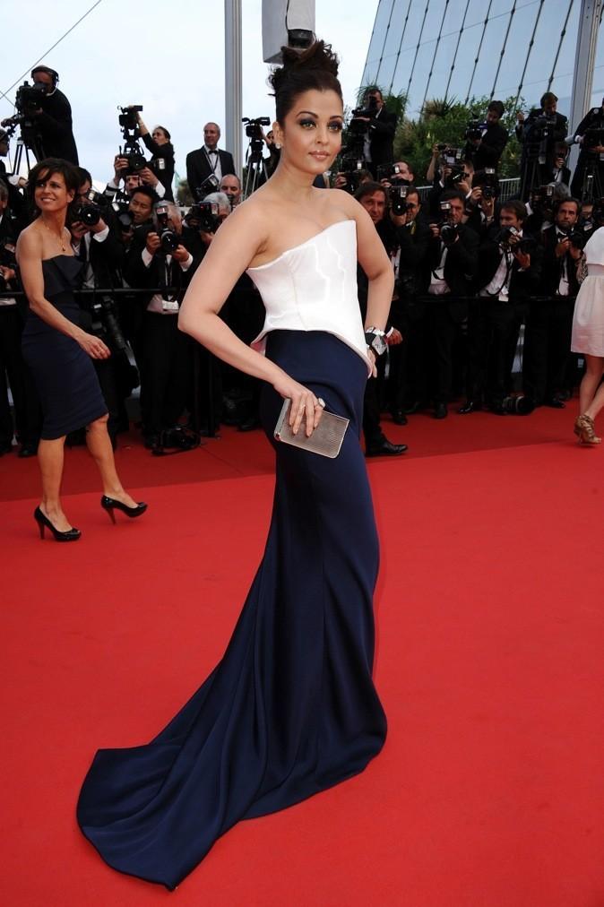 A Cannes, elle ose la robe asymétrique !