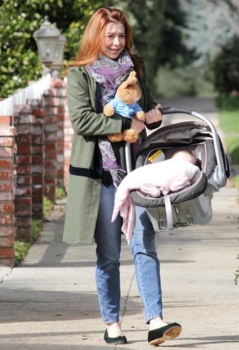 Alyson Hannigan a encore quelques petits kilos 8 mois après la naissance de sa fille Keeva Jane Denisof.