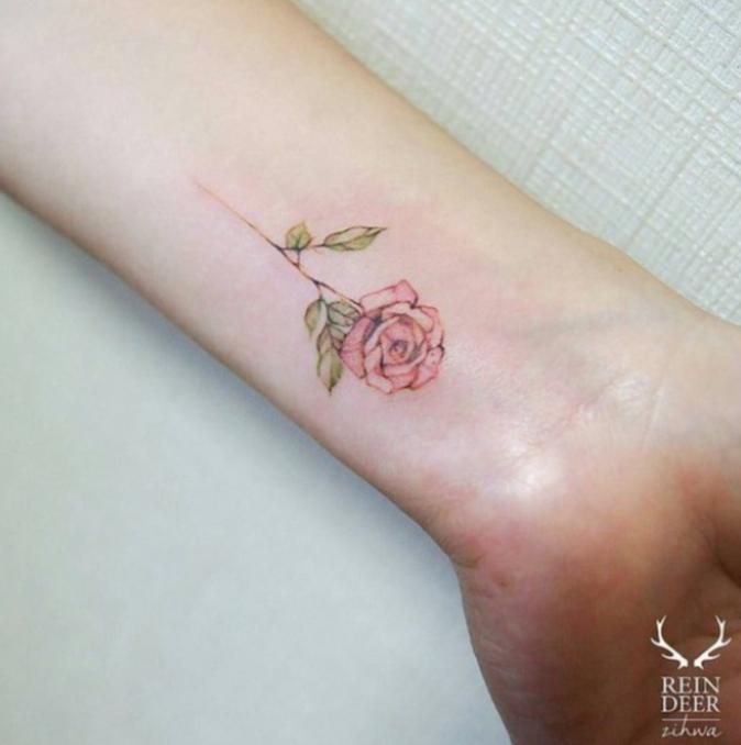 Tatouages pour le poignet : une fleur