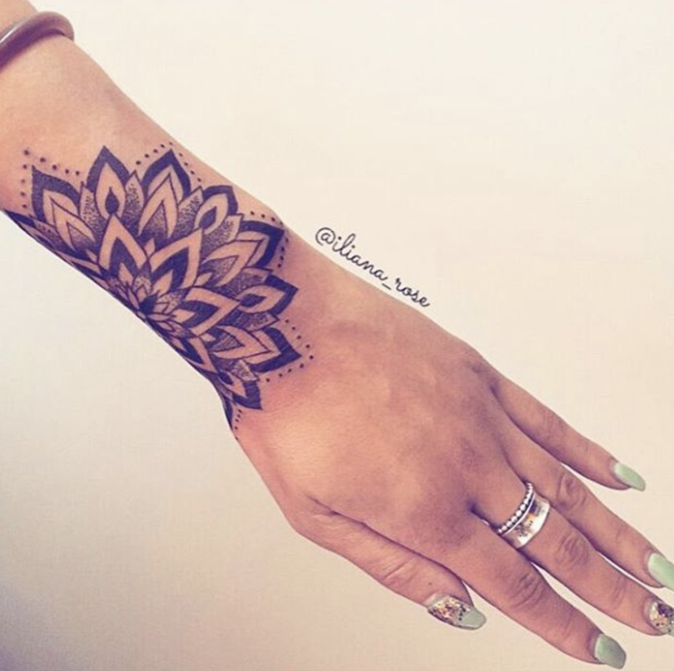 Tatouages pour le poignet : une jolie rosace