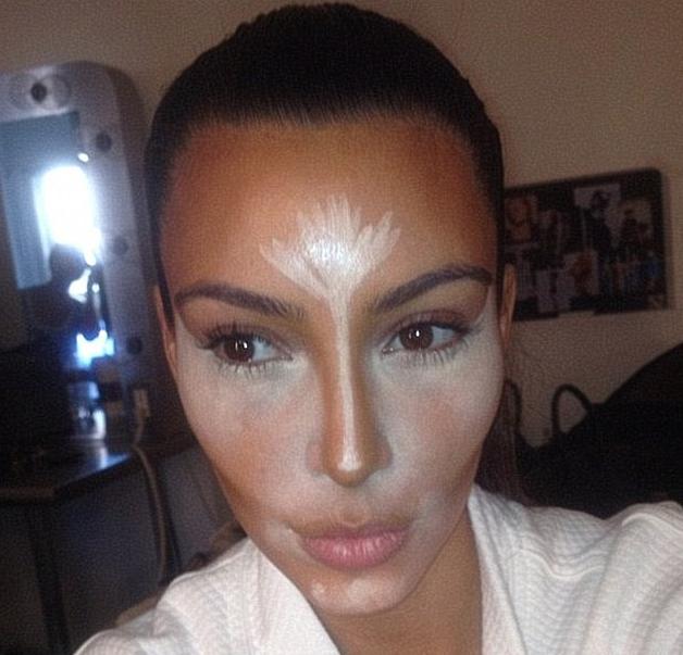 Kim Kardashian en pleine séance de contouring avec Mario Dedivanovic