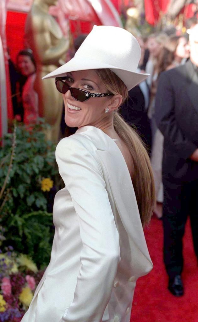 En 1999, elle porte le chapeau !