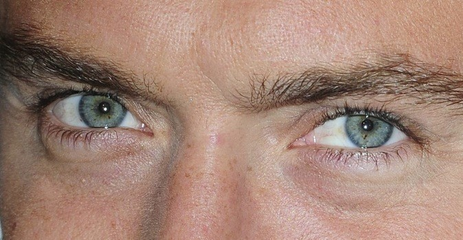 A qui sont ces yeux bleus ?