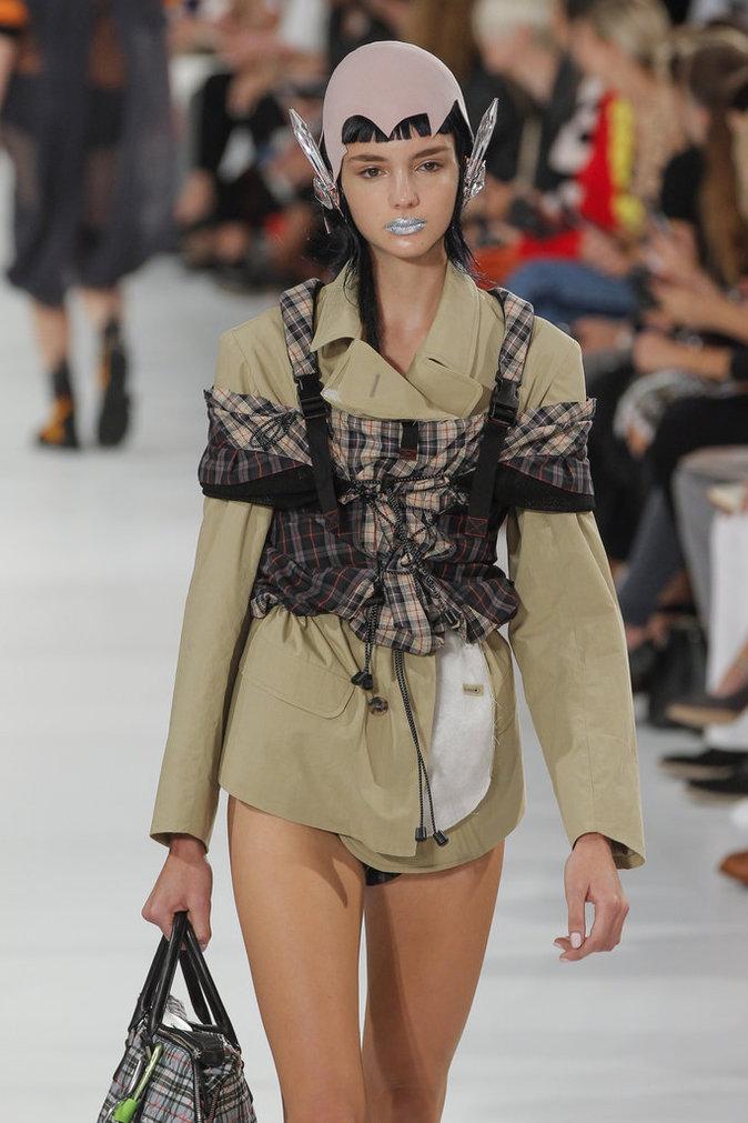 Un mannequin du défilé Miu Miu SS17 maquillé par Pat McGrath