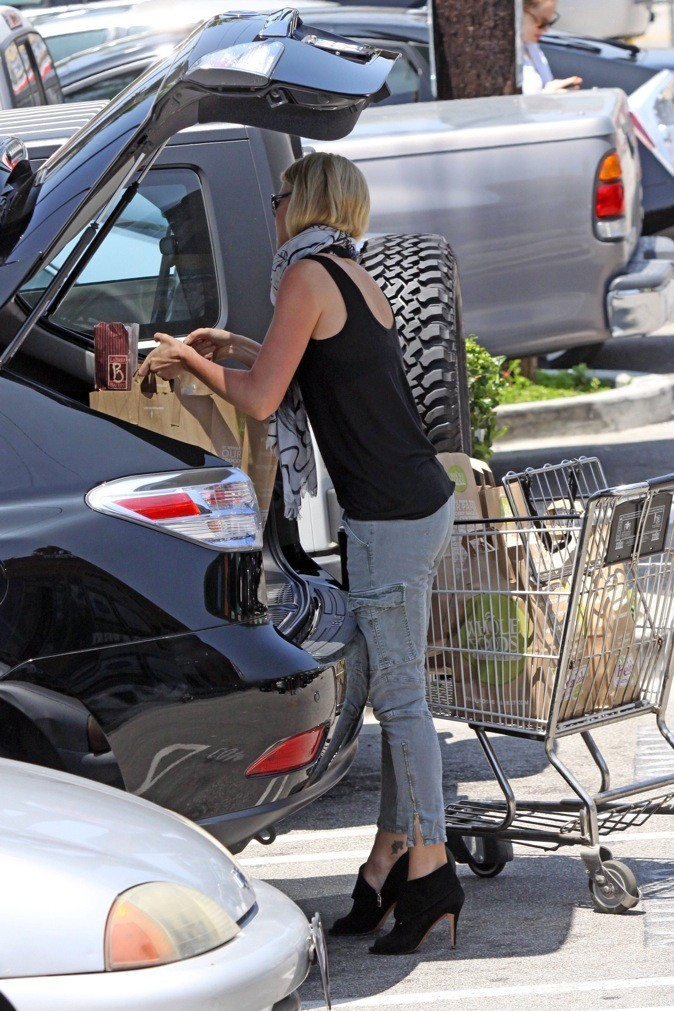 Charlize Theron n'arrive pas à porter ses sacs de course !