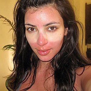 Kim Kardashian a les traces de ses lunettes de soleil !