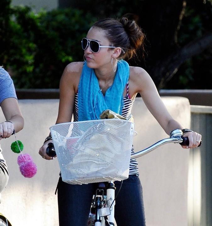Miley Cyrus a les épaules qui pèlent !