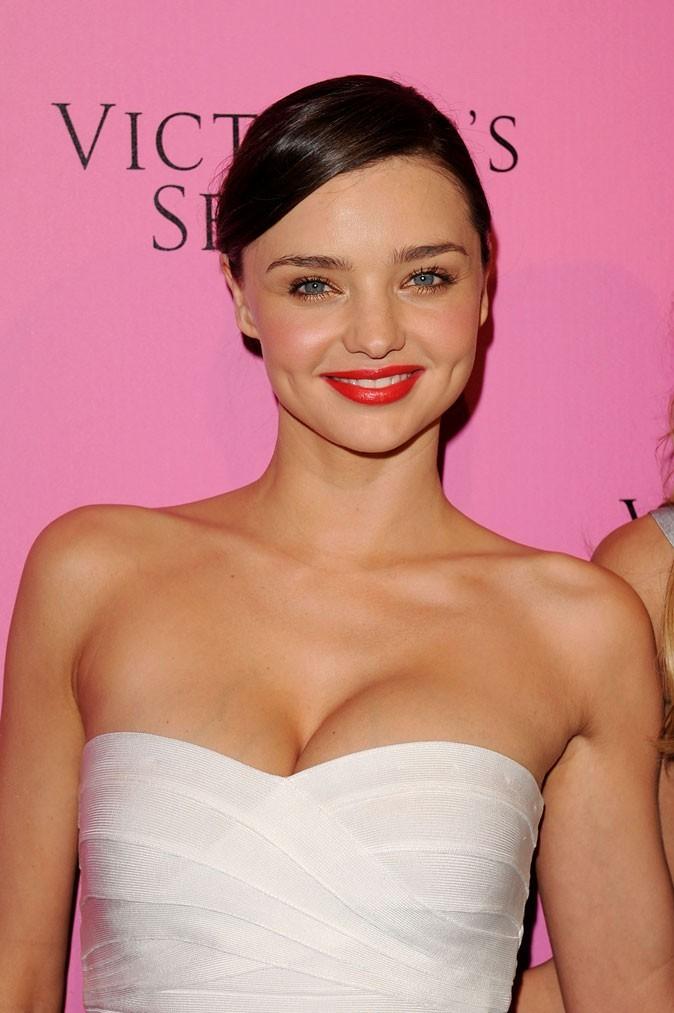 Spécial seins : le décolleté sexy de Miranda Kerr sur une petite poitrine