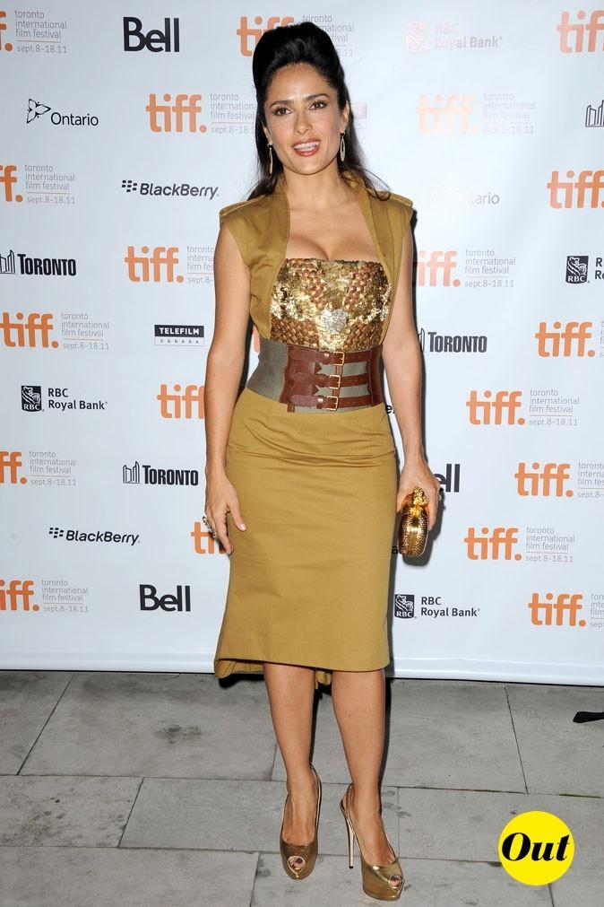 Festival du film de Toronto 2011 : la robe ceinturée et les accessoires gold de Salma Hayek !