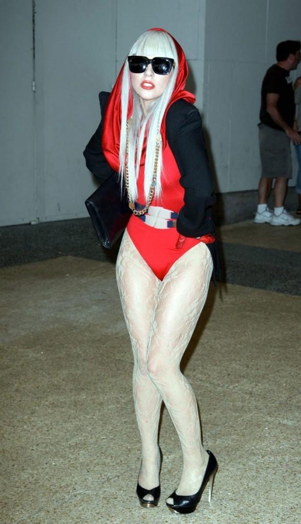 Look de Lady Gaga : body rouge à capuche en août 2008